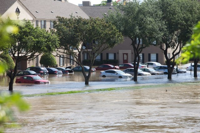 Flood waters cover cars at the Meyergrove Apartment complex in Houston, Texas May 26, 2015. (REUTERS/Daniel Kramer)