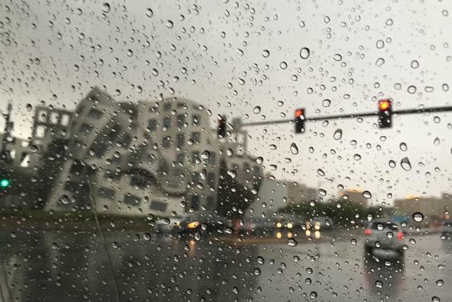 Heavy rain was falling in downtown Las Vegas about 5 p.m., Saturday, April 25, 2015. (Ashley Casper/Las Vegas Review-Journal)