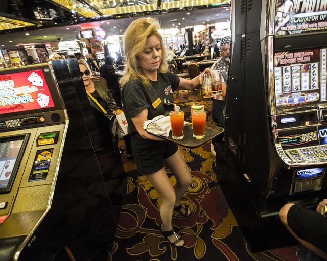 Onye na-echere mmanya mmanya Roxanne Mynatt na-eje ozi mmanya ikpeazụ na Riviera hotel-casino, 2901 South Las Vegas Blvd, na Mọnde, Mee 4, 2015. Thelọ cha cha mechiri taa mgbe afọ 60 gachara na Las