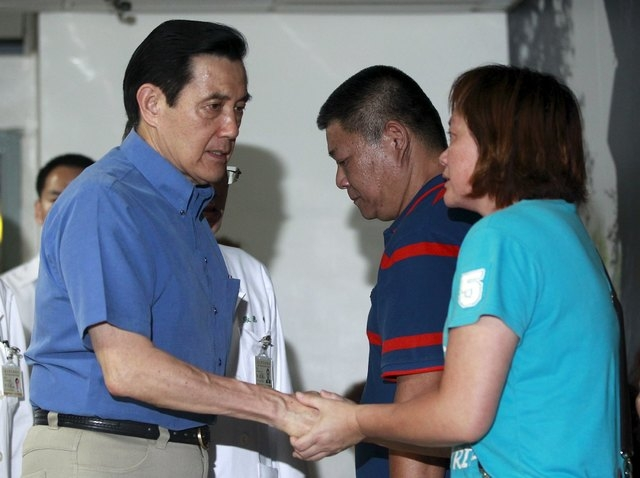 Taiwan president Ma Ying-jeou (L) meets with family members of victims injured in a fire at the Formosa Fun Coast water park at Taipei Veterans General Hospital in Taipei, Taiwan, June 28, 2015. T ...
