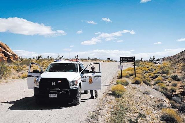 Bureau of Land Management rangers block a road 80 miles northeast of Las Vegas Tuesday, April 1, 2014.  (John Locher/Las Vegas Review-Journal)