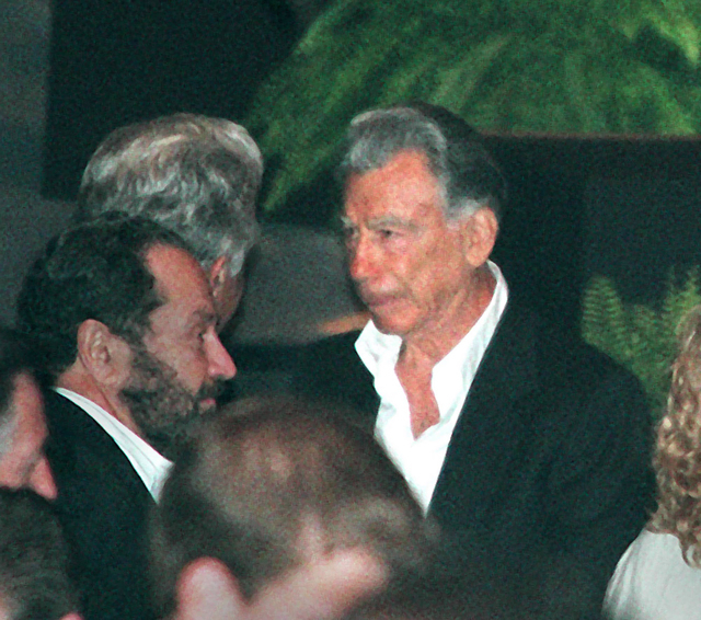 Kirk Kerkorian talks with MGM shareholders after the MGM Mirage Annual Meeting on Aug. 1, 2000. (Gary Thompson/Las Vegas Review-Journal)