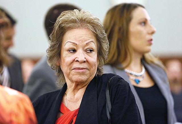 Priscilla Rocha, centro, aparece ante el juez Kenneth Cory en el Centro Regional de Justicia. Rocha, ex oficial del Distrito Escolar del Condado Clark, es una de las cinco personas acusadas por el ...
