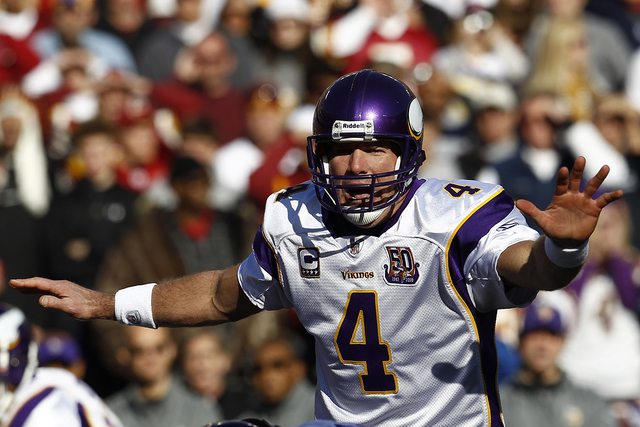 Minnesota Vikings quarterback Brett Favre calls out a play against Washington Redskins during the first quarter of their NFL football game in Landover, Maryland, November 28, 2010. (REUTERS/Jim Young)