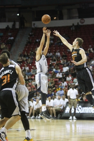 Seth Curry shoots against the Phoenix Suns  at the Thomas and Mack Center in Las Vegas on Sunday, July 19, 2015. (James Tensuan/Las Vegas Review-Journal) Follow James Tensuan on Twitter