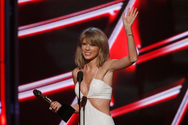 """Taylor Swift accepts the award for Top Billboard 200 Album for """"1989"""" at the 2015 Billboard Music Awards in Las Vegas,  May 17, 2015. (Reuters/Mario Anzuoni)"""