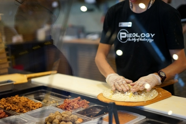 Jeourdin Enos makes a pizza for a customer at Pieology in Las Vegas.(James Tensuan/Las Vegas Review-Journal) Follow James Tensuan on twitter