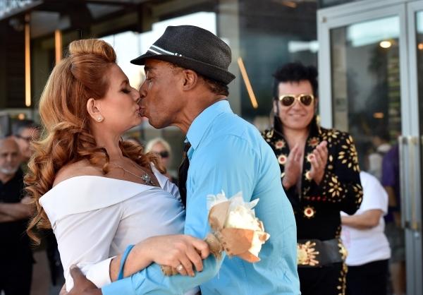 Elvis Adds To Atmosphere Of Strip Ceremonies Photos Las Vegas