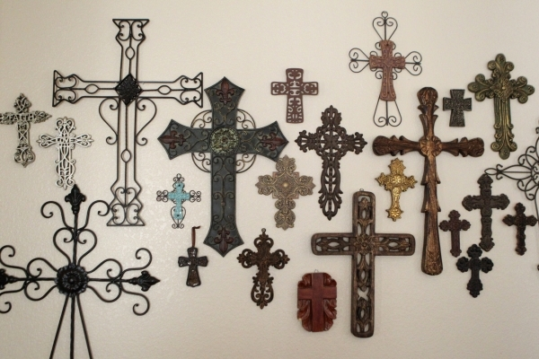 Religious crosses decorate the home of Arlett Valencia. Valencia has been on the organ transplant list three years waiting for a new kidney and pancreas. ERIK VERDUZCO/LAS VEGAS REVIEW-JOURNAL Fol ...