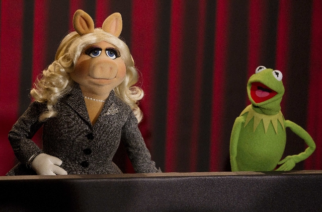 Muppet characters Miss Piggy (L) and Kermit the Frog pose during a photocall promoting the movie 'The Muppets' in Berlin, in this January 18, 2012 file photo.  (Thomas Peter/Files/Reuters)