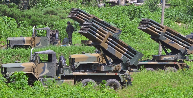 South Korean army's Multiple Launch Rocket System (MLRS) are deployed just south of the demilitarized zone separating the two Koreas in Yeoncheon, South Korea, August 23, 2015.  REUTERS/Shin ...