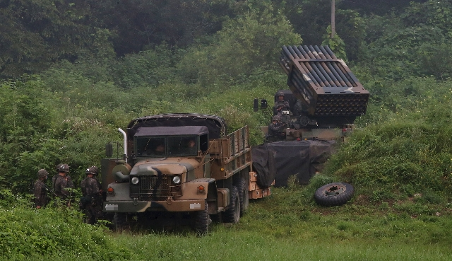 A South Korean army's Multiple Launch Rocket System (MLRS) (R) is deployed just south of the demilitarized zone separating the two Koreas in Yeoncheon, South Korea, August 23, 2015. REUTERS/ ...