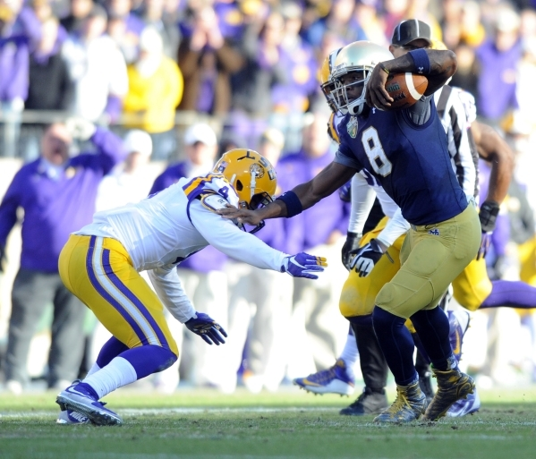 Dec 30, 2014; Nashville, TN, USA; Notre Dame Fighting Irish quarterback Malik Zaire (8) runs for a short gain during the first half against the LSU Tigers in the Music City Bowl at LP Field. Manda ...