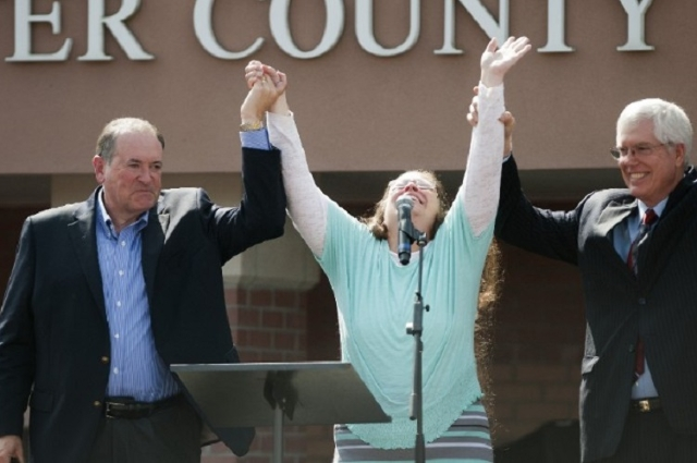 Rowan County Clerk Kim Davis, flanked by Republic presidential candidate Mike Huckabee (L), Attorney Mathew Staver (2n R) and her husband Joe Davis (R)  celebrates her release from the Carter Coun ...