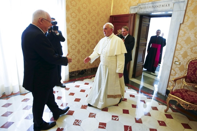 Pope Francis welcomes Israel's President Reuven Rivlin during a private audience in the Pontiff's private library at the Vatican September 3, 2015. (Reuters/Tony Gentile)