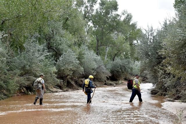 Residents search along the Short Creek after a fla(Reuters/David Becker)