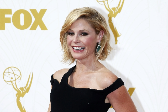 Actress Julie Bowen arrives at the 67th Primetime Emmy Awards in Los Angeles, California September 20, 2015. (Mario Anzuoni/Reuters)