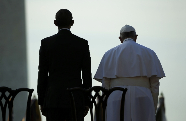 U.S. President Barack Obama (L) stands with Pope Francis during an arrival ceremony for the pontif at the White House in Washington September 23, 2015.   REUTERS/Jonathan Ernst