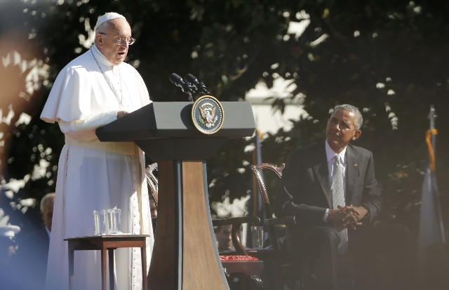 U.S. President Barack Obama (R) listens as Pope Francis speaks during an arrival ceremony for the pope at the White House in Washington September 23, 2015.  REUTERS/Jonathan Ernst