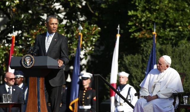 U.S. President Barack Obama (L) speaks as Pope Francis observes during a ceremony held for the pontiff's arrival at the White House in Washington September 23, 2015.    REUTERS/Tony Gentile