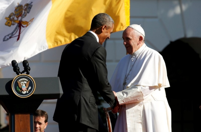 U.S. President Barack Obama (L) shakes hands with Pope Francis during a welcoming ceremony at the White House in Washington September 23, 2015.  REUTERS/Kevin Lamarque