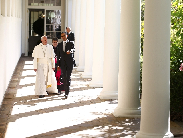 U.S. President Barack Obama escorts Pope Francis (L) towards the Oval Office as the pontiff is welcomed to the White House during a ceremony in Washington September 23, 2015.  REUTERS/Tony Gentile