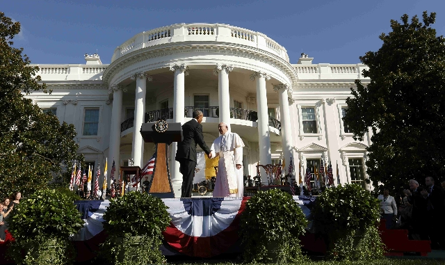 U.S. President Barack Obama welcomes Pope Francis during an arrival ceremony at the White House in Washington September 23, 2015. REUTERS/Kevin Lamarque