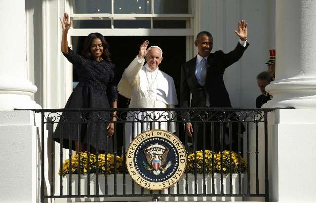 U.S. President Barack Obama (R) and first lady Michelle Obama wave with Pope Francis during an arrival ceremony for the pope at the White House in Washington September 23, 2015. REUTERS/Kevin Lamarque
