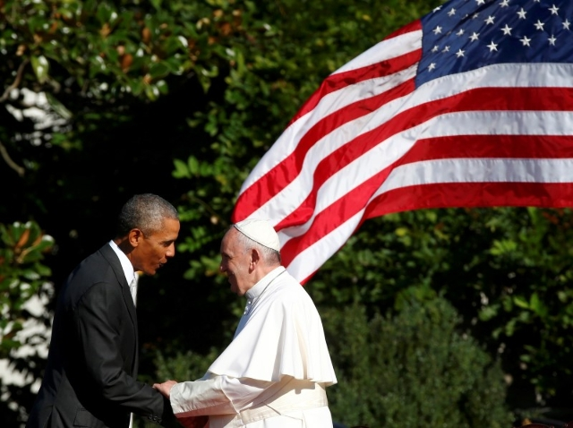 U.S. President Barack Obama (L) shakes hands with Pope Francis during a welcoming ceremony at the White House in Washington September 23, 2015.   REUTERS/Tony Gentile