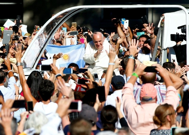Pope Francis waves to the crowds gathered to see him as he arrives at the Basilica of the National Shrine of the Immaculate Conception in Washington September 23, 2015.   REUTERS/Tony Gentile