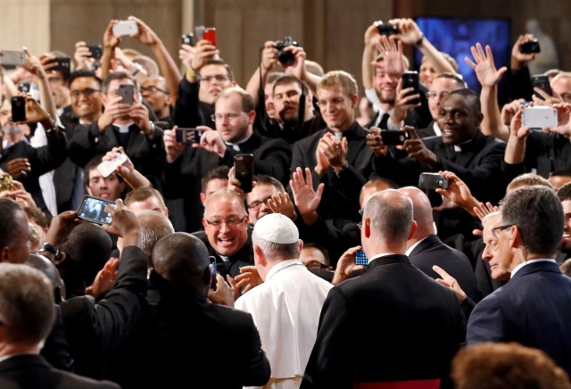 Seminarians greet Pope Francis as he walks into the Basilica of the National Shrine of the Immaculate Conception in Washington September 23, 2015. REUTERS/Patrick Semansky/Pool