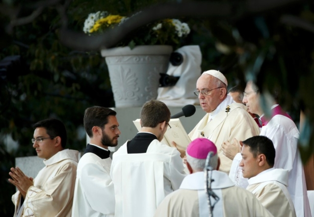 Pope Francis (2R) celebrates Mass at the National Shrine of the Immaculate Conception for the Canonization Mass for Friar Junipero Serra in Washington September 23, 2015.    REUTERS/Kevin Lamarque