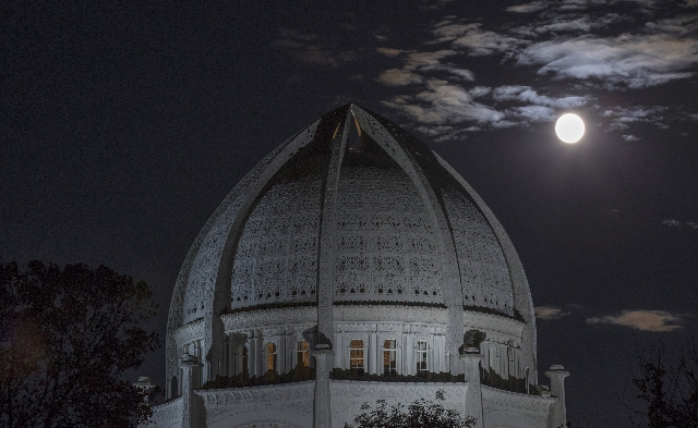 A supermoon rises above the Baha'i Temple in Wilmette, Illinois, September 27, 2015.  (Reuters)