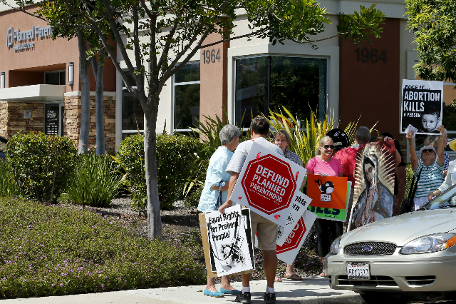 Protesters gather outside a Planned Parenthood clinic in Vista, California August 3, 2015. (Mike Blake/Reuters)