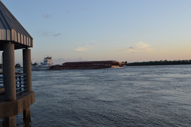 Barge and tugboat on Mississippi River (Thinkstock)