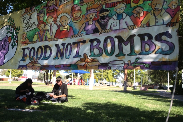 Ralph Tkacz, right, and his girlfriend who declined to give her name, share a meal prepared by Food Not Bombs at Huntridge Circle Park in Las Vegas on Sunday, Oct. 11, 2015. (Erik Verduzco/Las Veg ...