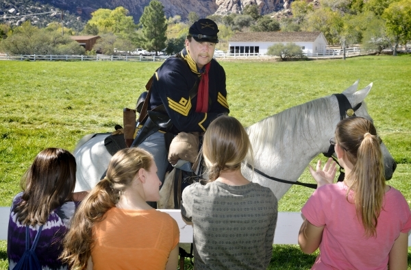 Bruce Smith talks with attendees after a battle re-enactment at Spring Mountain Ranch State Park on Saturday, Oct. 24, 2015. (Bill Hughes/Las Vegas Review-Journal)