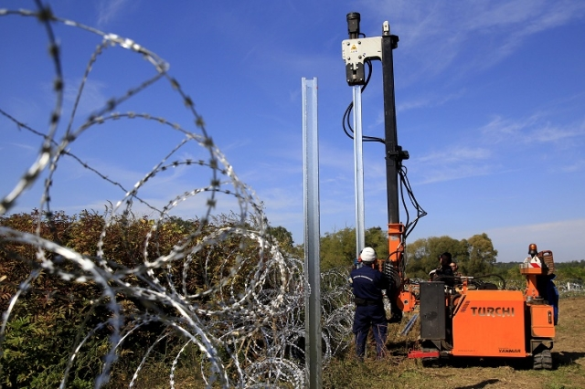 Hungarian army soldiers erect a fence on the border with Croatia near Zakany, Hungary, October 1, 2015. (Reuters/Bernadett Szabo)
