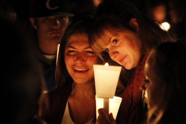 People take part in candle light vigil following a mass shooting at Umpqua Community College in Roseburg, Oregon October 1, 2015.  REUTERS/Steve Dipaola