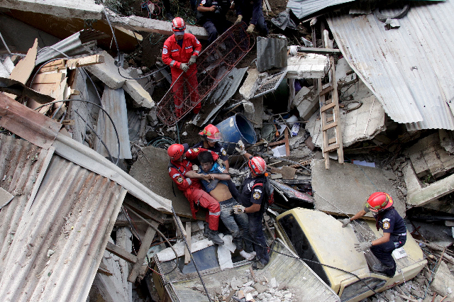 ATTENTION EDITORS - VISUAL COVERAGE OF SCENES OF DEATHâ''¬Â¨Rescue team members retrieve the body of a landslide victim in Santa Catarina Pinula, on the outskirts of Guatemala City,  ...