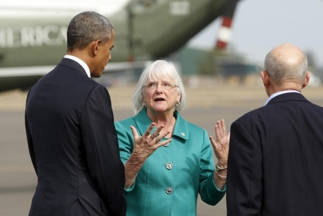 U.S. President Barack Obama is greeted by Eugene Mayor Kitty Piercy (C) upon arrival in Oregon October 9, 2015. REUTERS/Kevin Lamarque
