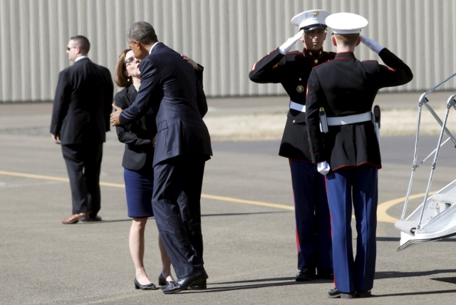 U.S. President Barack Obama is greeted by Oregon Governor Kate Brown upon his arrival on Marine One in Roseburg, Oregon October 9, 2015. REUTERS/Kevin Lamarque