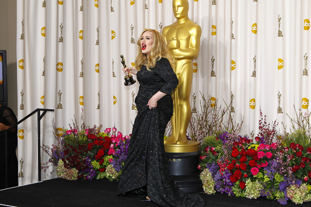 """Adele Adkins of Britain leaves the stage with her Oscar for Best Original Song for """"Skyfall"""" at the 85th Academy Awards in Hollywood, California, Febr. 24, 2013.  (Mike Blake/Reuters)"""