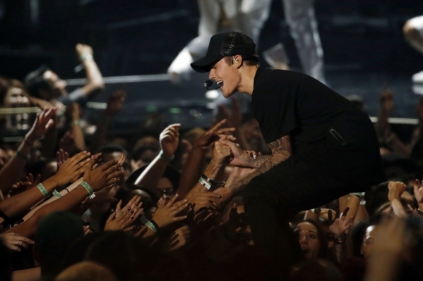 Justin Bieber performs a medley of songs at the 2015 MTV Video Music Awards in Los Angeles, California August 30, 2015.  REUTERS/Mario Anzuoni - RTX1QC9U