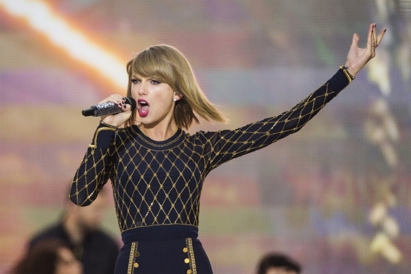 """Singer Taylor Swift performs on ABC's """"Good Morning America"""" to promote her new album """"1989"""" in New York, October 30, 2014. (Lucas Jackson/Reuters)"""