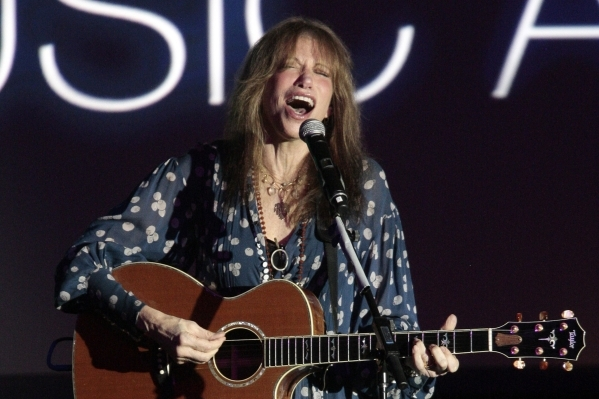 """Singer-songwriter Carly Simon has finally confirmed that she was referring to Warren Beatty in her 1972 hit """"You're So Vain."""" (Jsaon Redmond/Reuters)"""