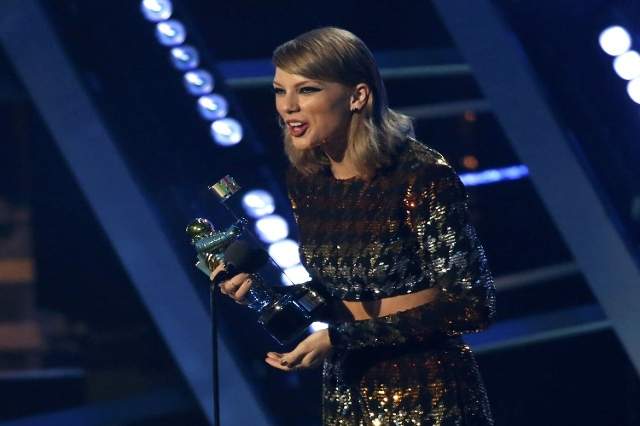"Taylor Swift accepts the award for best female video for ""Blank Space"" at the 2015 MTV Video Music Awards in Los Angeles, California August 30, 2015.  (Reuters/Mario Anzuoni)"