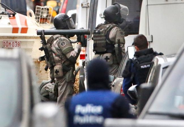 Belgian police stage a raid, in search of suspected muslim fundamentalists linked to the deadly attacks in Paris, in the Brussels suburb of Molenbeek, November 16. 2015. (Reuters/Yves Herman)