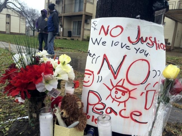A makeshift memorial is seen at the location where Jamar Clark was allegedly shot by police early Sunday, in Minneapolis, Minnesota, November 16, 2015. (Todd Melby/Reuters)