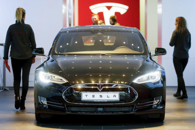 A Tesla Model S sedan sits in a dealership in Berlin, Nov. 18, 2015.(Hannibal Hanschk/Reuters)